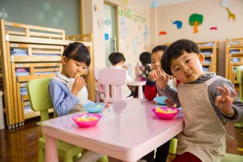 multiple children at school sitting for snacktime